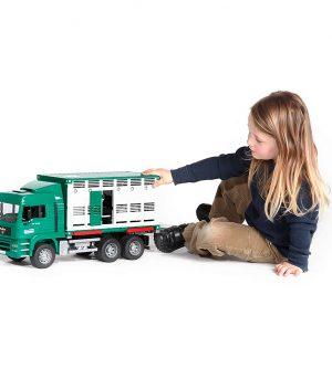 bruder-juguetes-2749-camion-ganado-verde-vaca-1
